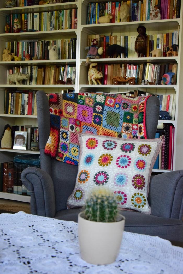 כורסא חדשה היא תירוץ מצוין לסרוג כרית!
